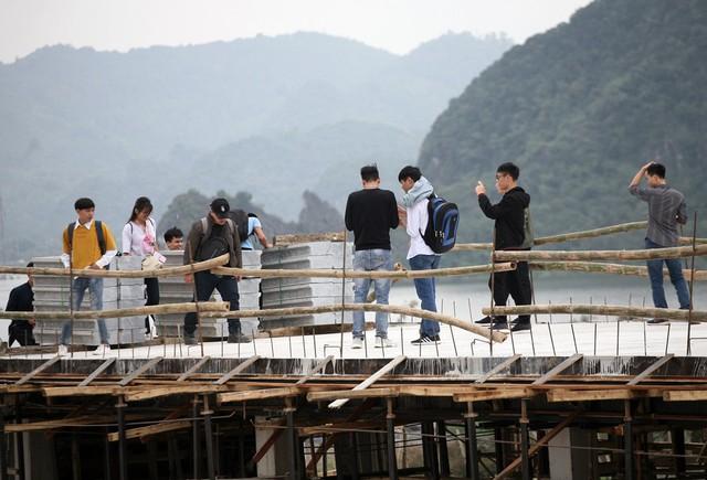 Thậm chí trên những hạng mục thi công còn dang dở, du khách vẫn thích thú di chuyển, chụp ảnh.
