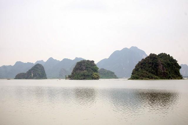 Những quả núi nằm giữa lòng hồ rộng lớn là nét đặc trưng của cảnh quan ngôi chùa này.