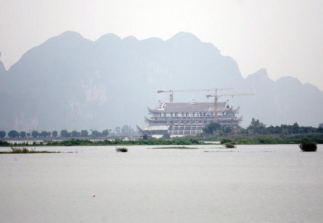 Bên kia hồ là bến du thuyền đang được gấp rút hoàn thiện để phục vụ người dân, như vậy nếu du khách muốn đặt chân đến chùa Tam Chúc sẽ có 2 lựa chọn gồm di chuyển bằng xe điện với mức phí 40.000 đồng/2 lượt hoặc bằng du thuyền.