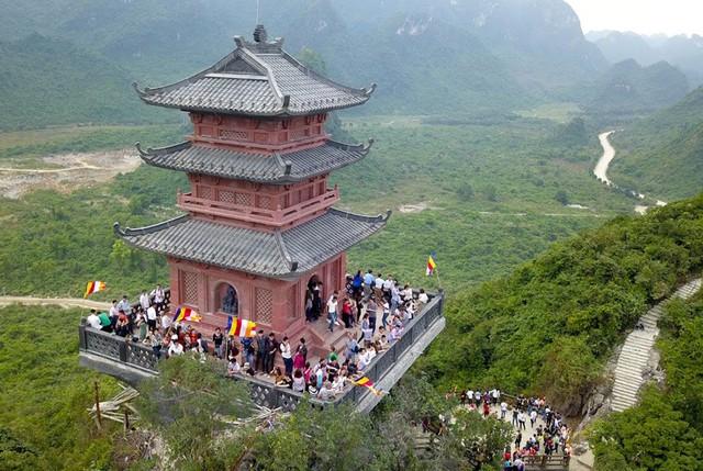 Chùa Ngọc nằm trong quần thể rộng lớn của chùa Tam Chúc, đứng từ đỉnh chùa Ngọc có thể quan sát được tất cả quần thể rộng lớn lên đến 5.000 ha.