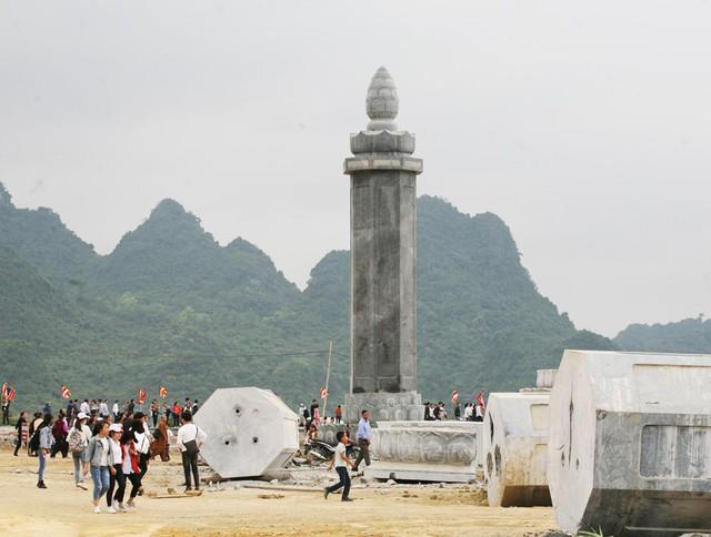 Những cột đá hình búp sen khổng lồ được tập kết dưới chân chùa.