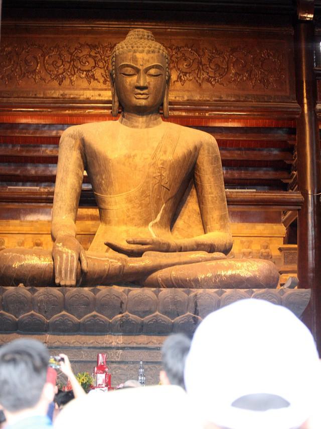 Một trong hàng nghìn bức tượng Phật được làm từ dung nham núi lửa quý hiếm.