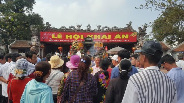 Như mọi năm, lễ hội khai ấn Đền Trần 2019 thu hút đông đảo du khách thập phương về dự. Ảnh: PV