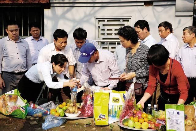 Người dân chuẩn bị đồ lễ đi cầu lộc, cầu tài ở Đền Trần.