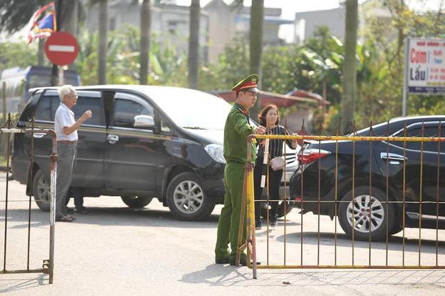 Lực lượng chức năng lập hàng rào trước khu vực đền Trần nhằm phân luồng giao thông, đảm bảo an ninh khu vực.