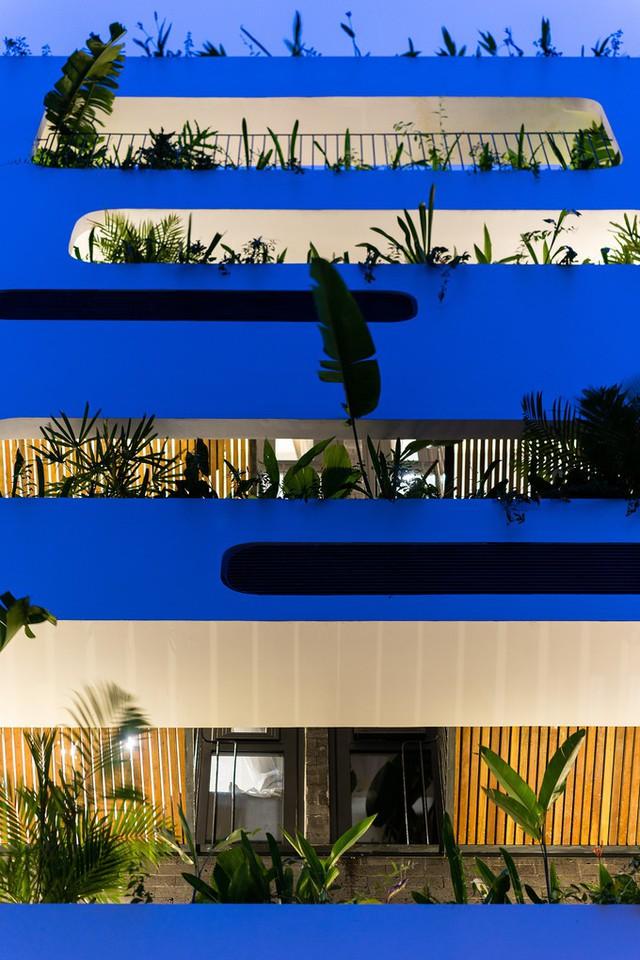 Hệ thống cây xanh trồng phía mặt tiền mục đích tạo thẩm mỹ còn giúp lọc ánh sáng và khói bụi, ngăn nắng nóng chiếu vào trong.