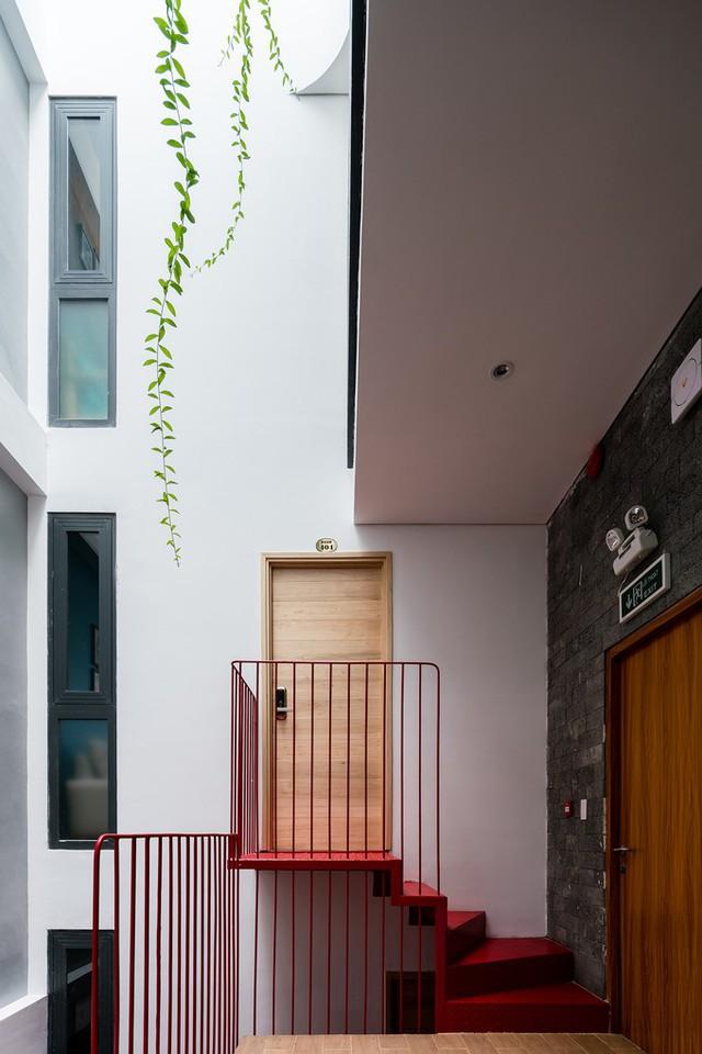 Các kiến trúc sư đã giúp anh xây một ngôi nhà bảy tầng, với hai tầng trên làm penhouse để gia đình ở, các tầng dưới là 12 căn hộ để cho thuê. Nhờ cách bố trí lệch tầng, công trình có thể tối đa hóa số phòng nhưng vẫn đảm bảo diện tích mỗi khu vực và thông thoáng.