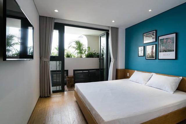Phần phía sau là các căn hộ một mặt sàn với khu bếp và nhà vệ sinh nhỏ gọn, phòng khách và phòng ngủ liên hoàn, có vách rèm linh động đóng mở hai không gian.