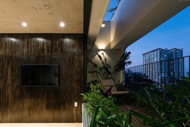 Trên cùng là penthouse, chính là nơi ở của chủ nhà gồm các không gian phòng khách, bếp và hai phòng ngủ, hai nhà vệ sinh.