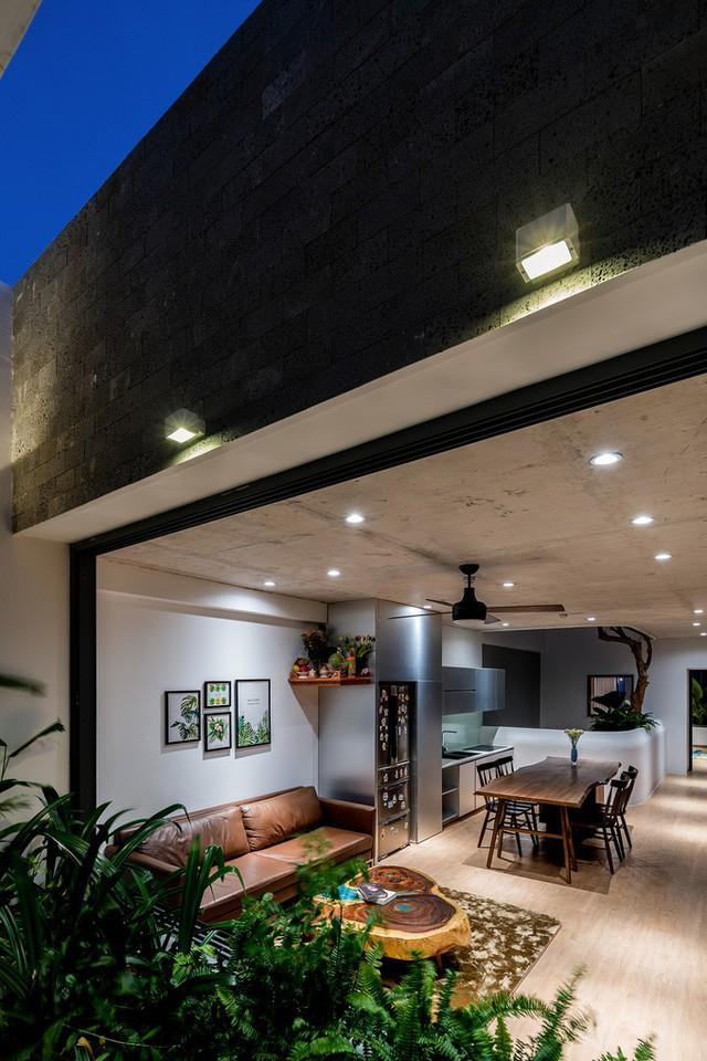 Phòng khách và bếp xuyên suốt tạo không gian rộng thoáng, mở view nhìn tối đa ra hai phía mặt tiền và giếng trời.