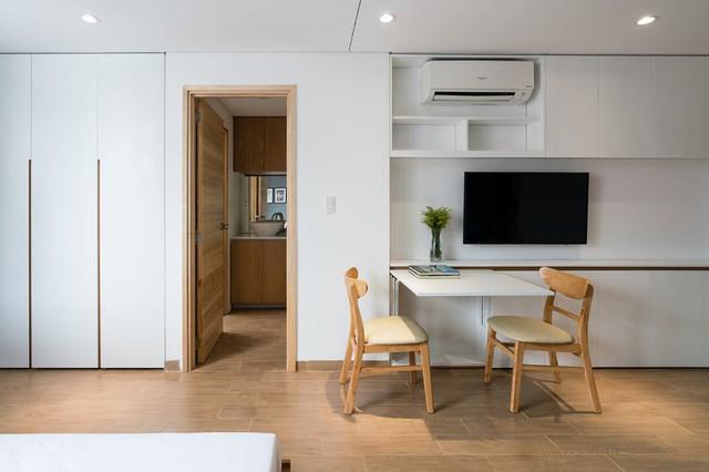 Công trình ưu tiên sử dụng các đồ nội thất thông minh để tăng cảm giác thoáng rộng cho không gian, ví dụ chiếc bàn có thể gấp áp sát vào tường. Hệ thống tủ kệ chứa đồ linh hoạt, thậm chí có thể tích hợp trong nhiều đồ nội thất khác.