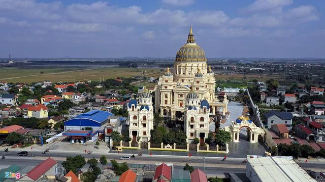 Tòa lâu đài mang tên Thành Thắng bao gồm một cung điện nằm tại vị trí đẹp ở phía đông thành phố Ninh Bình bề ngoài trông như đã hoàn tất nhưng thực chất nội thất còn đang trong quá trình hoàn thiện.