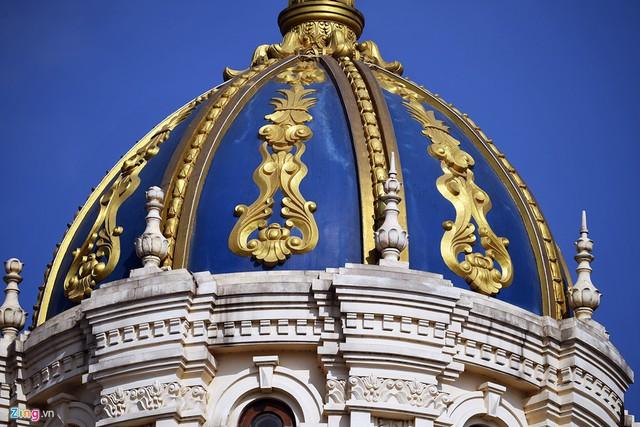 Được biết riêng phần xây thô trị giá khoảng 300 - 400 tỷ đồng nhưng chưa là gì so với phần nội thất sang trọng. Khác với hầu hết lâu đài chỉ có sơn, bả, công trình này có nhiều phần được ốp đá Tây Ba Nha.