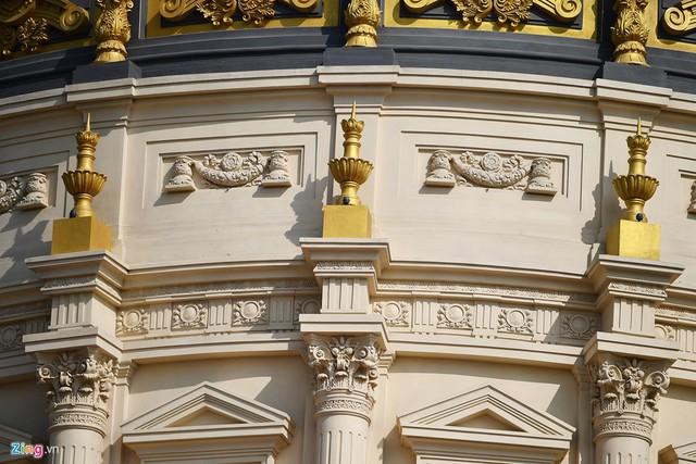5 tầng của lâu đài có hàng trăm cái cột, mỗi cột ốp đá trị giá 450 triệu đồng, chưa kể đến những ban công, tượng đá khác.