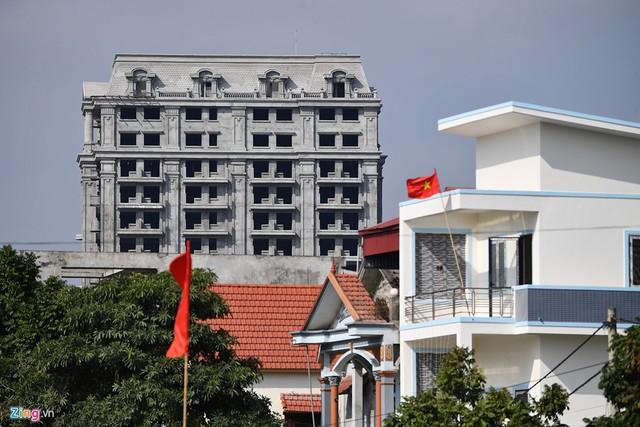 Cách đó không xa là công trình khách sạn 16 tầng của chủ lâu đài đang trong quá trình xây dựng. Được biết ông còn một căn nhà lớn nữa ở gần đây đang cho thuê làm kinh doanh chăn ga gối đệm.