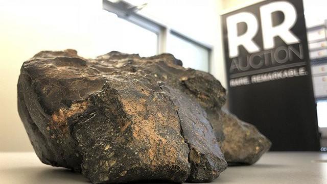Khối thiên thạch Mảnh ghép Mặt Trăng được trưng bày tại Amherst, bang New Hampshire, Mỹ. Hiện khối thiên thạch này đang ngự tại chùa Tam Chúc. Ảnh: AP.