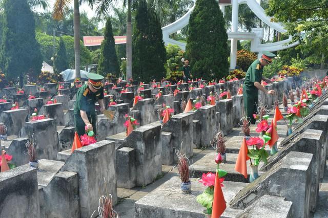 Tưởng nhớ các anh hùng, liệt sĩ tại Nghĩa trang Quốc gia Vị Xuyên. Ảnh: H.Q