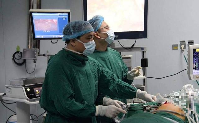 PGS.TS Trần Ngọc Lương - Giám đốc Bệnh viện Nội tiết Trung ương, thực hiện ca phẫu thuật nội soi tuyến vú 2 bên đầu tiên