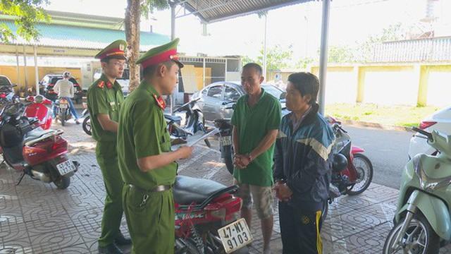 Hai tên cướp đã ném ớt bột vào người chạy xe ôm để cướp xe máy kiếm tiền tiêu Tết