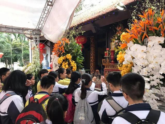 Từng đoàn học sinh về dâng hương tưởng nhớ công lao Đức Vương Ngô Quyền