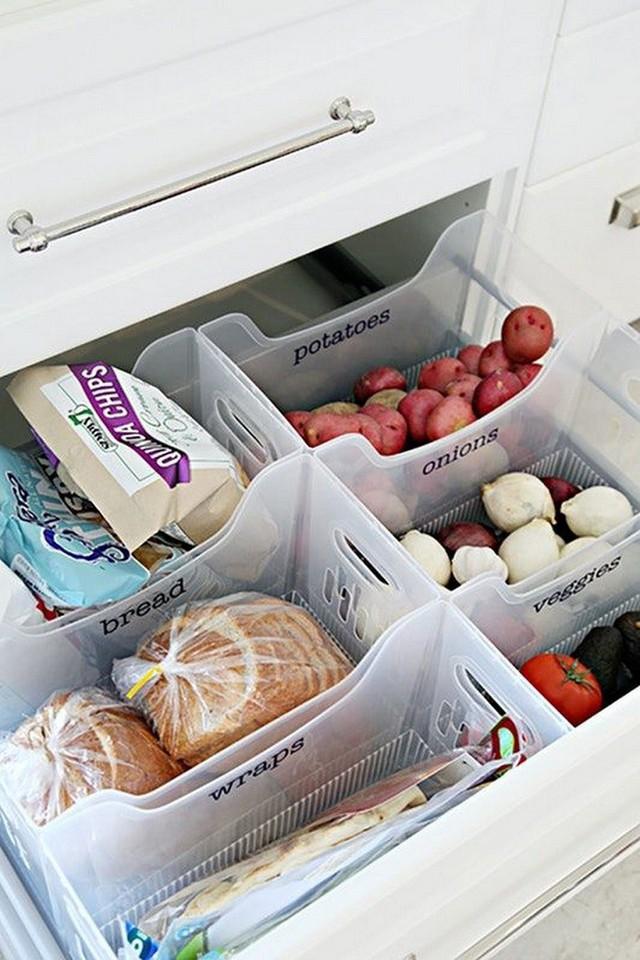 1. Các tủ bếp được thiết kế có khoảng không rộng lớn, đựng được các hộp phân loại thức ăn khô như thế này.