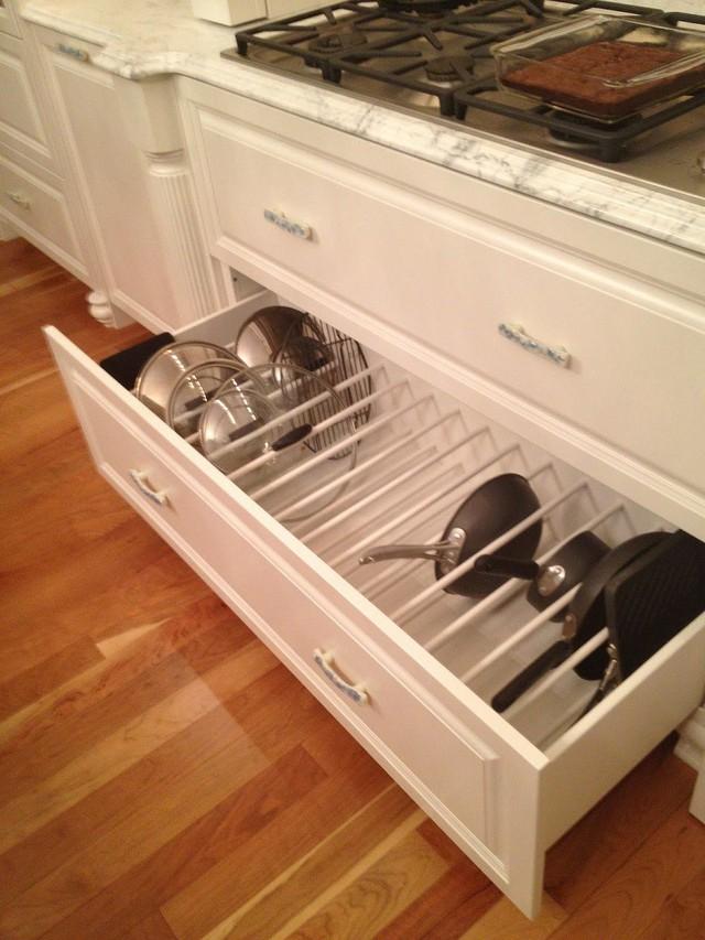 11. Các ngăn kéo nhỏ trong tủ lại được chia làm các gian bằng nhau để lưu trữ đồ.