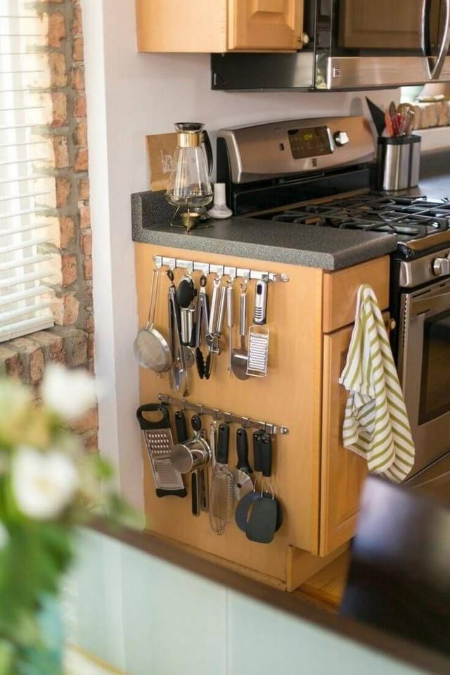 12. Cạnh tủ đều có thể tận dụng để giữ đồ gia dụng giúp gia chủ.