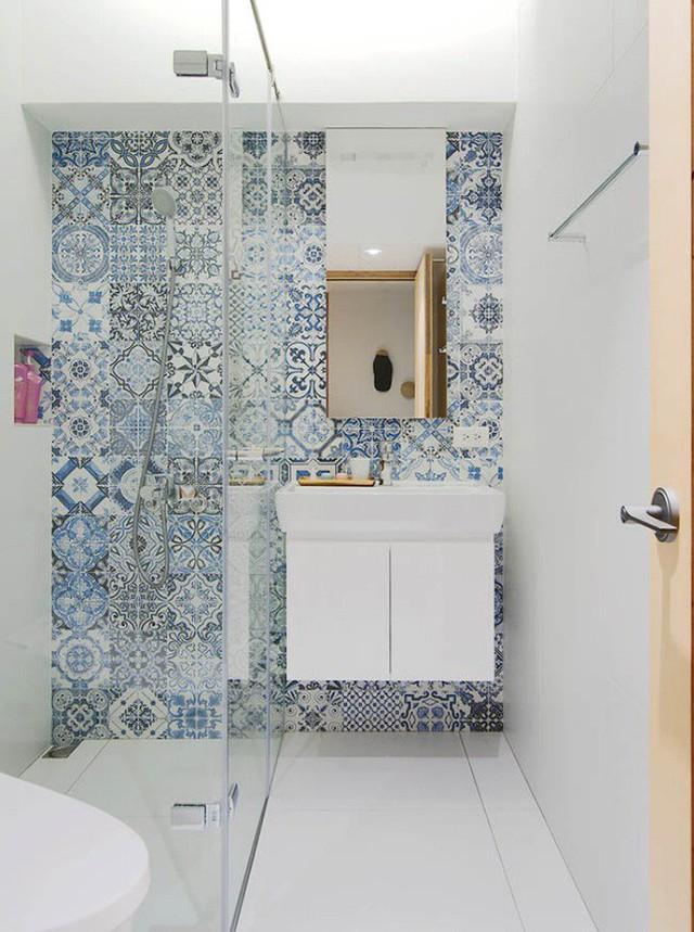 Phòng tắm với điểm nhấn đặc biệt trên tường.