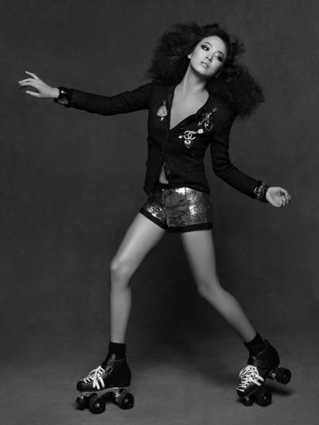 Song Hye Kyo cũng chia sẻ bộ hình cô may mắn được hợp tác trực tiếp với vị Giám đốc sáng tạo nổi tiếng của Chanel