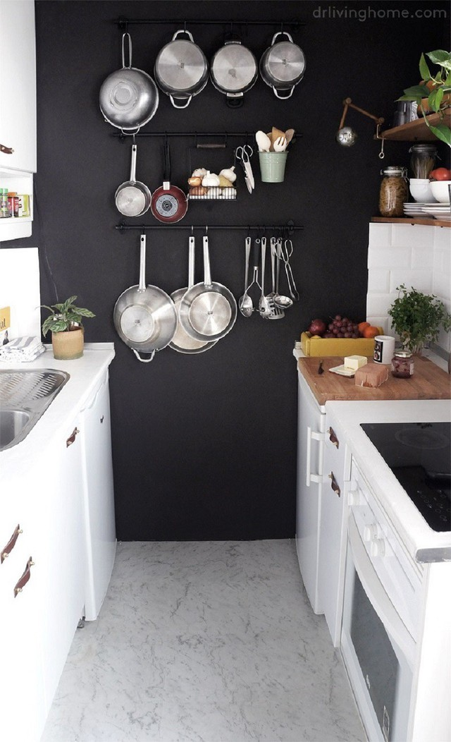 4. Hãy là một gia chủ thông minh khi biết tận dụng khoảng tường trống trong nhà bếp để gắn lên đó những móc treo giữ đồ giúp bạn.