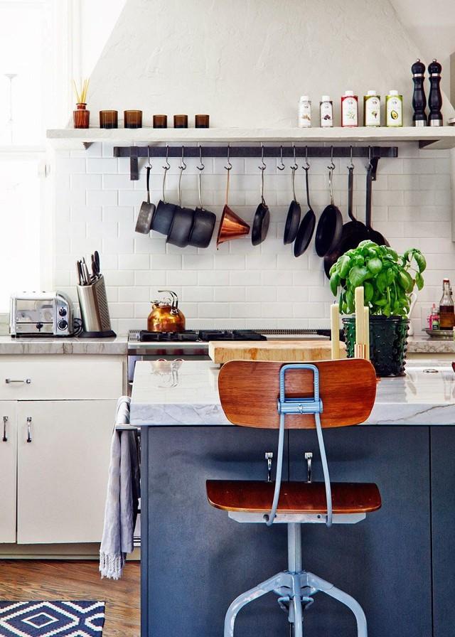 5. Hoặc phía trên bồn rửa bát có thể gắn một thanh sắt lớn để treo các dụng cụ gia dụng.
