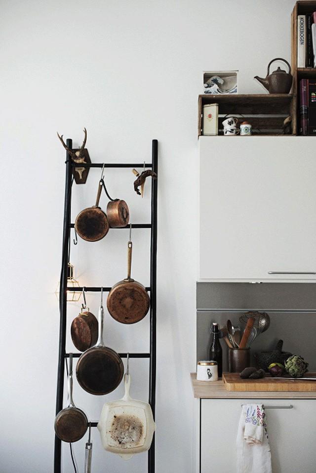 6. Một thang nhỏ được đặt ngay trong nhà bếp để treo những dụng cụ làm bếp như nồi, niêu, xoong, chảo...