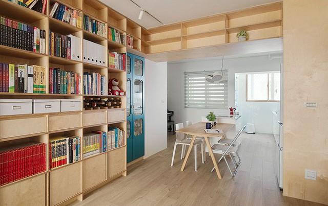 Kết hợp màu gỗ ấm cúng với hệ thống sơn tường màu trắng tạo nên vẻ đẹp tươi mới, tự nhiên.