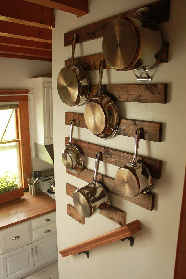 7. Đặc biệt hơn là thiết kế những thanh gỗ gắn tường vừa nghệ thuật lại đa năng.
