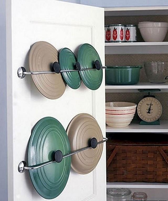 8. Một vài thanh sắt được gắn lên cửa tủ sẽ giúp bạn giữ các nắp nồi được gọn gàng hơn.