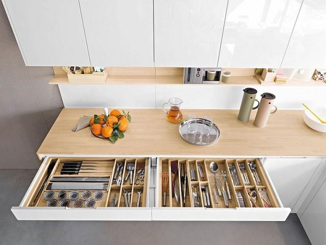 9. Hay bộ sưu tập thìa, dĩa ăn của bạn sẽ được phân loại ngăn nắp trong ngăn tủ đa dụng như thế này. Khi nào đến bữa chỉ cần kéo ra và sử dụng.