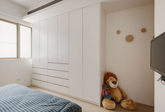 Phòng ngủ gọn gàng nhờ tủ âm tường.
