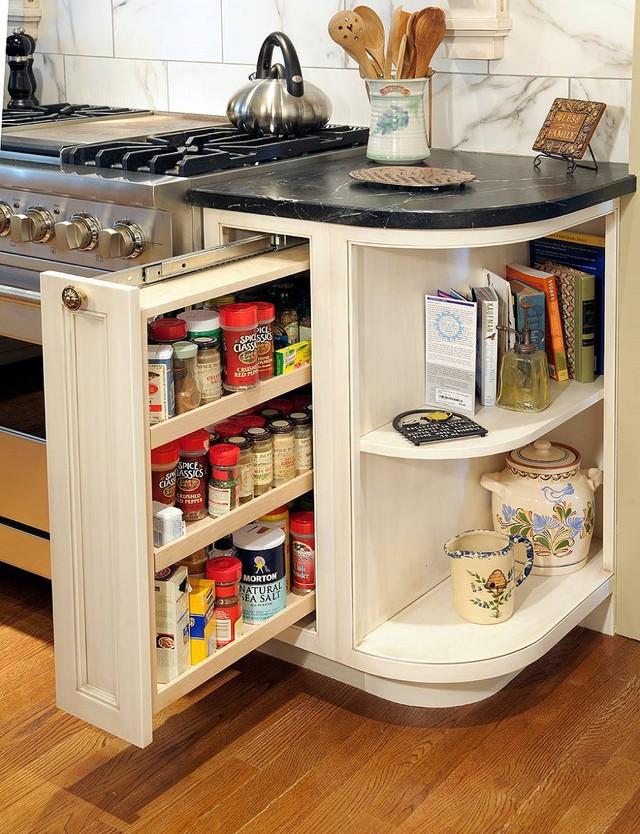 10. Một ngăn kéo kép giúp lưu trữ các gia vị, ngũ cốc và các loại nước không cần bảo quản.