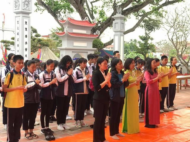 Thầy và trò trường THCS Đằng Hải dâng hương trước đền