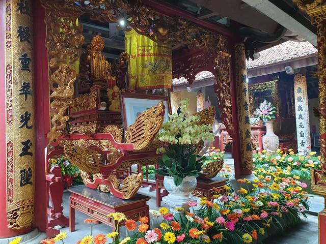 Khắp các gian thờ trong đền được trang trí hoa tươi của làng hoa Đằng Hải