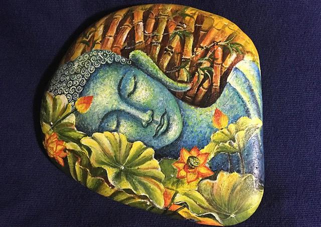 Bức tượng Phật nằm ngủ trên bề mặt viên đá là tác phẩm đầu tay của Kiên