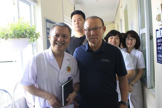 GS Lê Ngọc Thành chỉ kịp dặn dò cán bộ y bác sĩ chu đáo khi khám sức khoẻ cho HLV Park Hang Seo