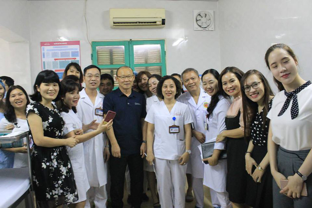 Nhân viên y tế, học viên, người hâm mộ vây quanh HLV Park