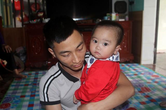 Trong lúc này, cháu Gia Huy và anh Tuấn cần lắm những tấm lòng hảo tâm giúp đỡ. Ảnh: Đ.Tùy