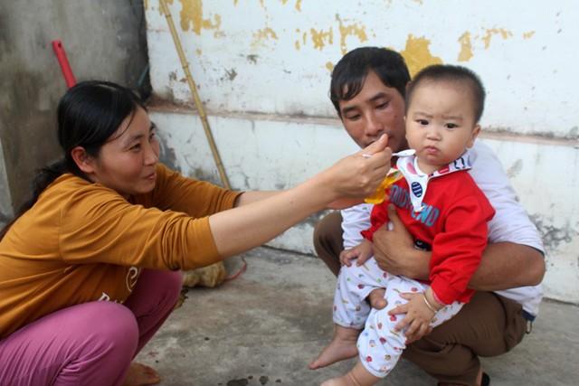 Cháu Gia Huy còn quá nhỏ trước nỗi đau mất mẹ và tương lai mịt mờ phía trước. Ảnh: Đ.Tùy