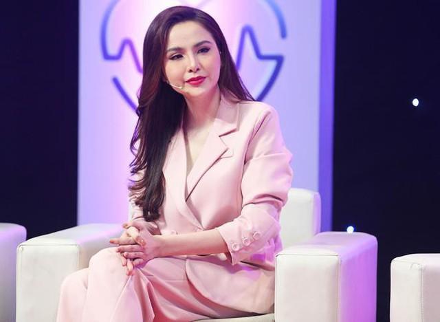 Hoa hậu Diễm Hương khóc nức nở xin lỗi mẹ trên sóng truyền hình.