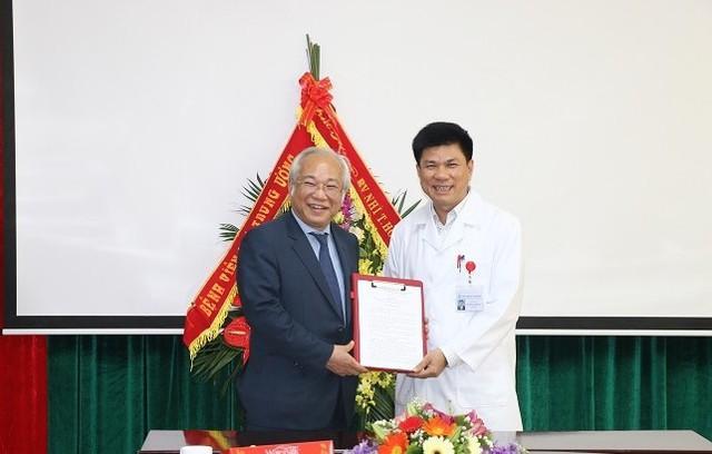 Giám đốc Bệnh viện Nhi Trung ương ông Lê Thanh Hải (trái) trao quyết định cho ông Lê Đăng Khoa (phải) Giám đốc Bệnh viện Nhi Thanh Hóa