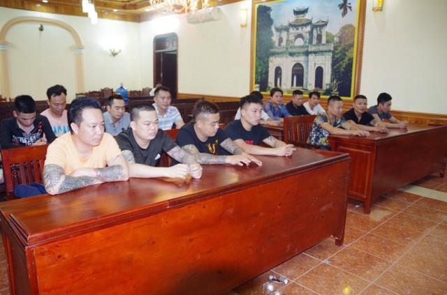 15 đối tượng bị bắt trong sới bạc tại tỉnh Hưng Yên. Ảnh: T.Hương