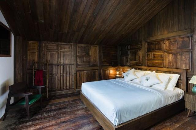 Phòng ngủ làm bằng gỗ cũ, vách được lấy họa tiết từ vách nhà người dân tộc thiểu số.