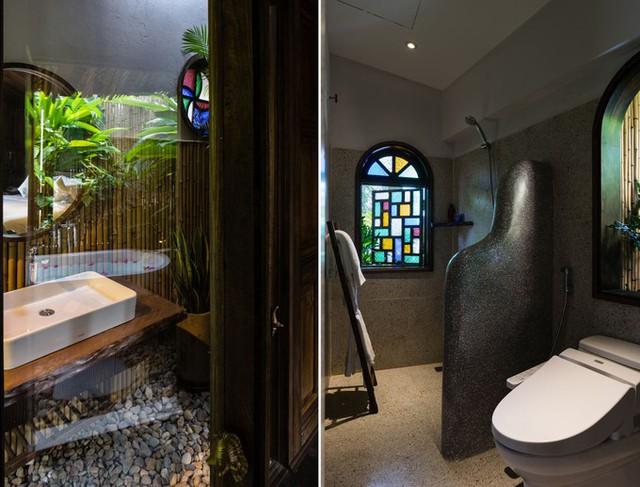 Hai nhà vệ sinh dành riêng cho hai giới ở hai phòng ngủ được trang trí sinh động bằng kính nhiều màu, sỏi, hay những mảng cây xanh.